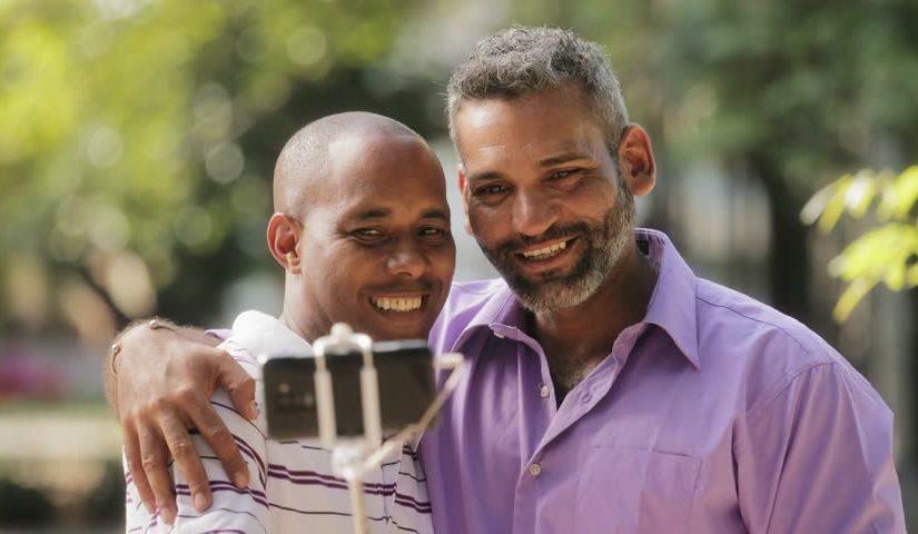 Senior gay célibataire : il existe des solutions de rencontre en ligne!